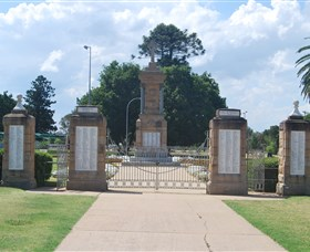 Warwick War Memorial and Gates - Winery Find